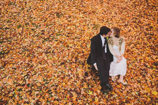16-mariage-automne-couple-feuilles-mortes-©-With-Love-and-Embers-LaFianceeduPanda.com_